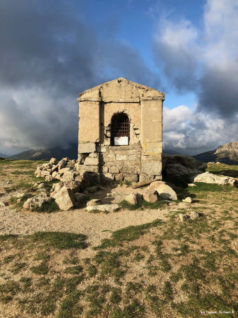 Über den Col de Saint-Pierre an der kleinen Kapelle vorbei