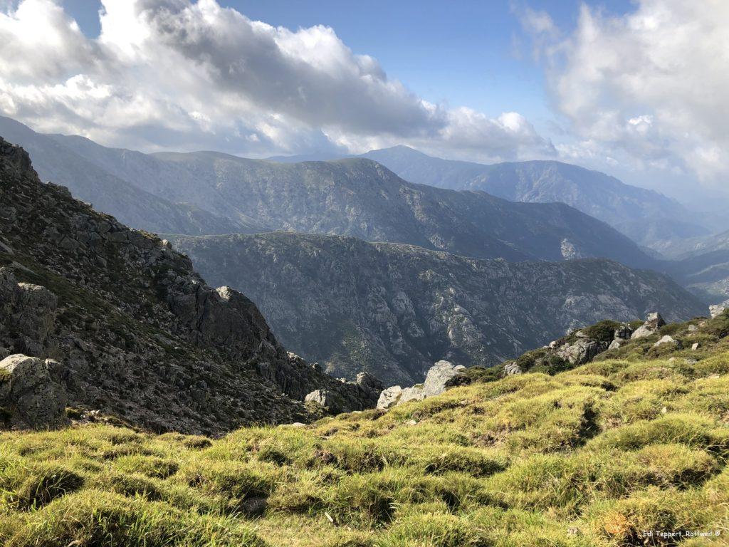 Über den Höhenrücken durch die Serra San Tomaghu