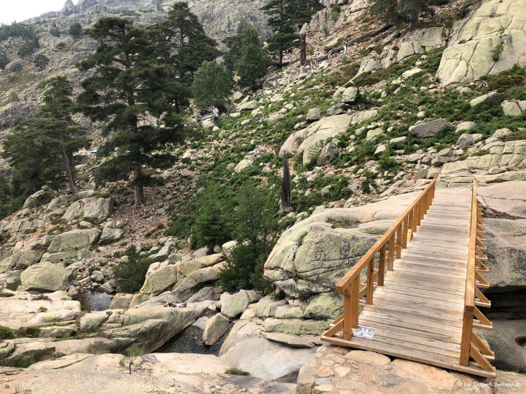 Die nächste Brücke und weiter durch die Felsen