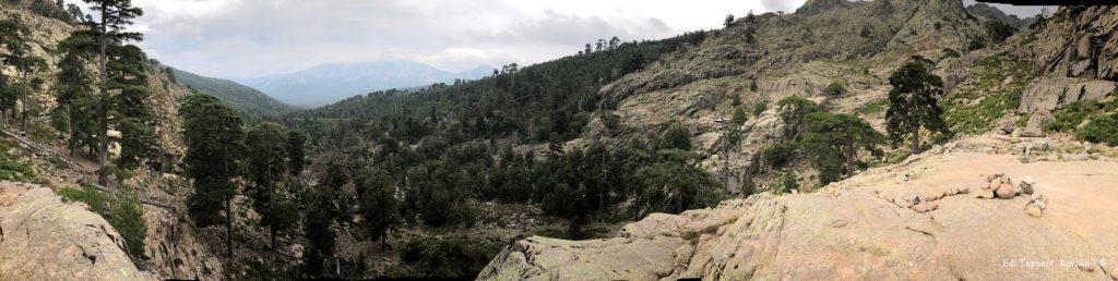 Das Panorama - der weitere Verlauf geht rechts über die Felsen