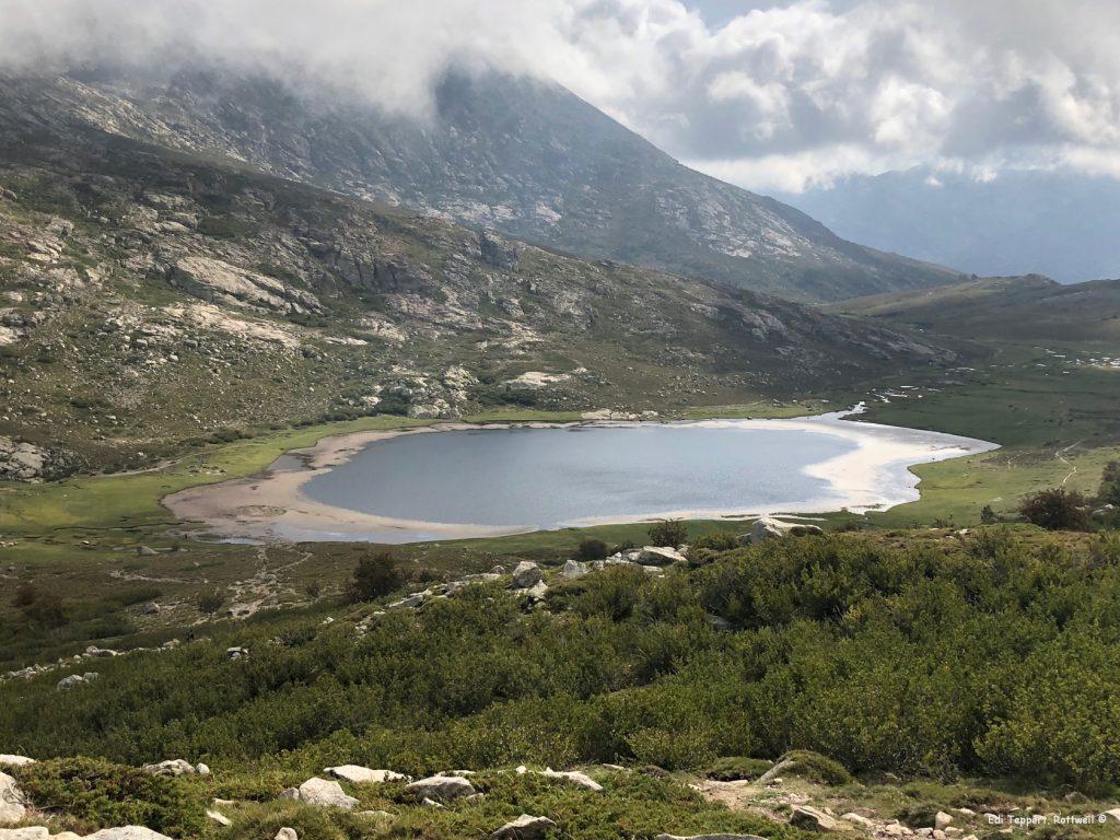 Der Lac de Nino - unser Weg führt links (Ost) vorbei an dem See