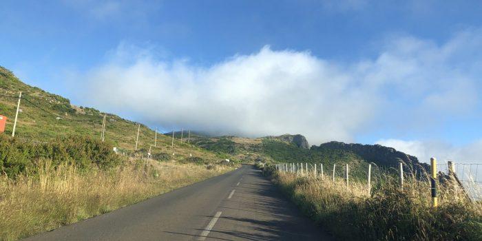 Auf dem Weg zur Radarkupple am Pico Arieriro aus dem Auto fotografiert