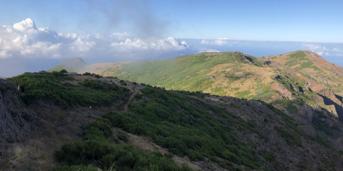 Auf dem Weg zur Radarkuppel am Pico Arieriro aus dem Auto fotografiert