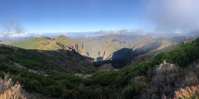 Panorama an der Radarkuppel beim Beginn der Wanderung Pico Arieiro zum Pico Ruivo