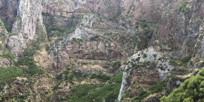 In der Entfernung klien zu sehen der Eingang zum Tunnel auf der Levada Wanderung