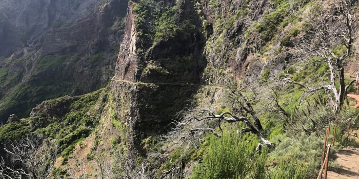 Die Levada im Fels Steilhang