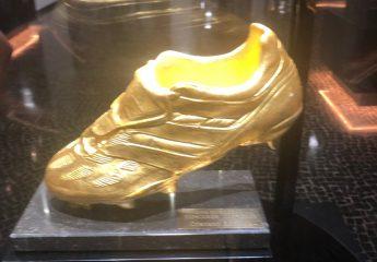 Ein goldener Fussballschuh im Museu CR7 in Funchal