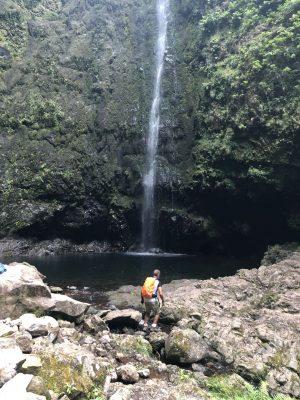 Der kleine See unterhalb des Wasserfalls