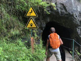 Warnhinweise am Eingang des gesperrten Tunnels