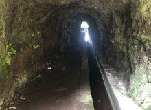 Ein kurzer Tunnel, der ohne Strinlampe begangen werden kann