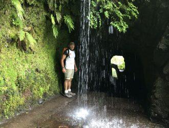 Durch den Tunnel unter dem sich herab ergiessenden Wasser