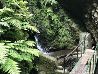 Weiter über die wackelige Metall Brücke in den nächsten Tunnel