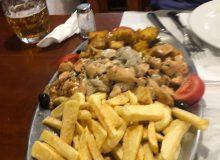 Madeiranisches Gericht mit Kartoffel Spalten, Chapignons und mehrere Fleischsorten