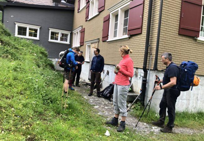 Die Gruppe teilt sich in Wanderer und Kletterer