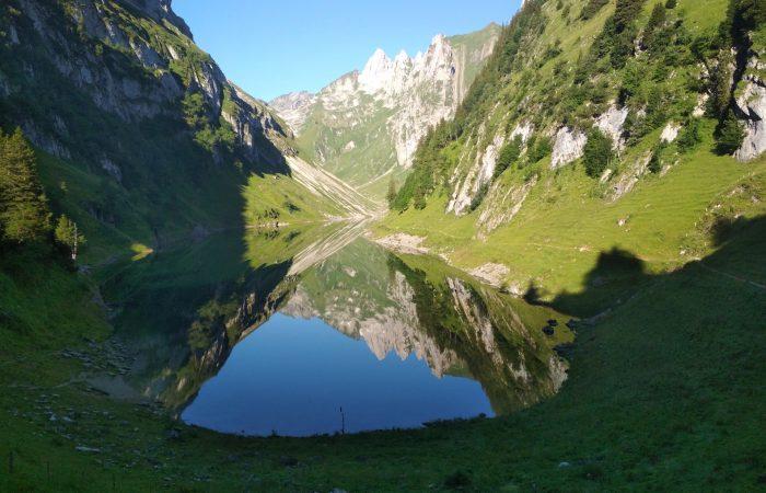 Die Berge spiegeln sich im Fälensee