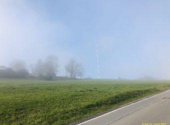 Kaum zu sehen vor lauter Nebel - der große Transpondermast auf dem Höchsten