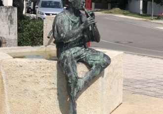 Skulptuern am Brunnen in Stetten a. k. M.